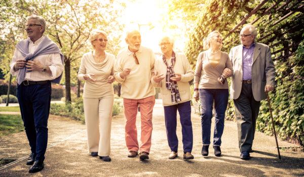 Gruppo di anziani al parco